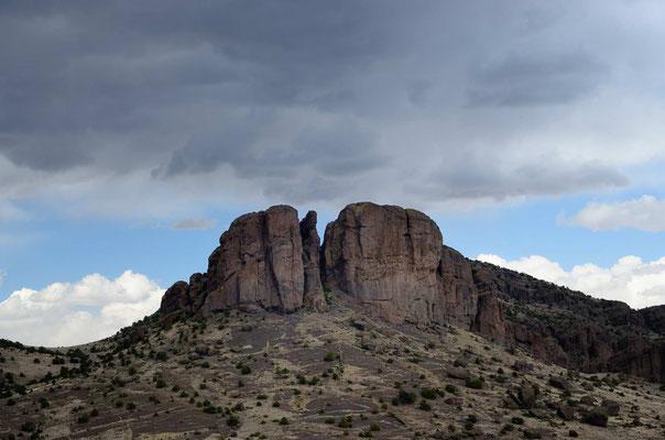 Der übriggebliebene Basaltpfrpf eines Vulkans