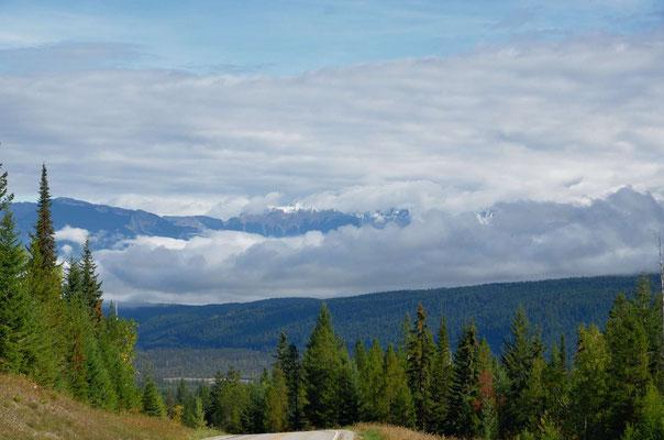 Morgendliche Wolkenbänke vor dem Yoho NP