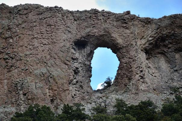 ein großes Loch in einer Basaltwand