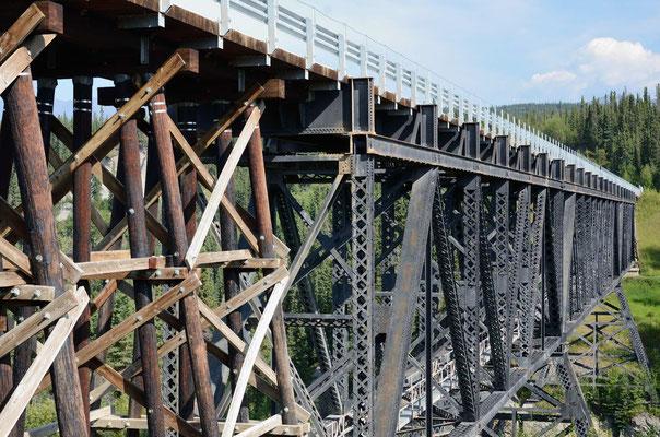 Die McCarthy Road und erneuerte und original Brücken...