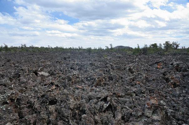 Von diesem und anderen eher unscheinbaren Kratern ist die Lava ausgeflossen.