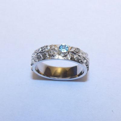 Zilveren ring met bladmotief en 14kt gouden zetkast met topaas € 249
