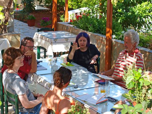 Die Textbesprechungen haben in der Taverne des Hotel Krinos stattgefunden ...