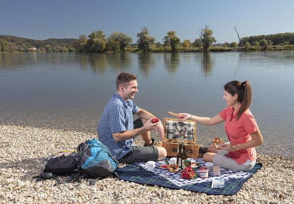 Picknick an der Donau bei Winzer © Tourismusverband Ostbayern e.V., Fotograf Stefan Gruber