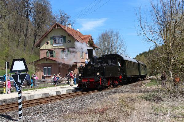 Der Zug wartet in Marbach auf Ausfahrt.