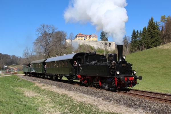 T3 930 fährt mit ihren drei Wagen am Schloss Grafeneck vorbei.