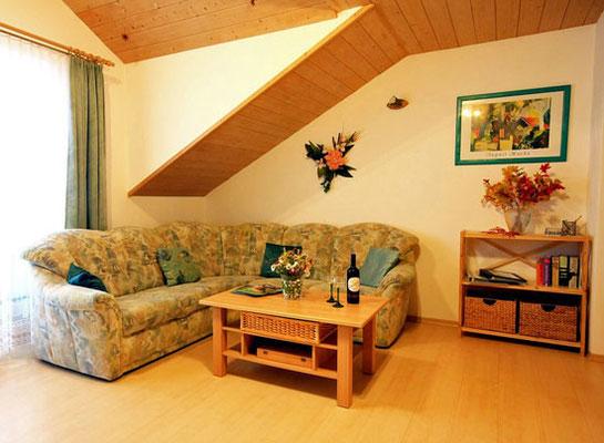 Großes gemütliches Sofa im Wohnraum