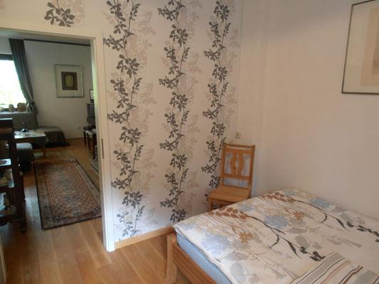 """Themenzimmer """"Rosé"""" mit Blick ins Wohnzimmer"""