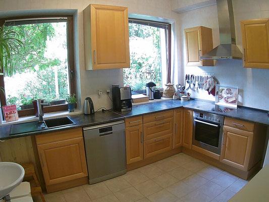 Küche mit Geschirrspüler, Beem Kaffeemaschine und Backofen