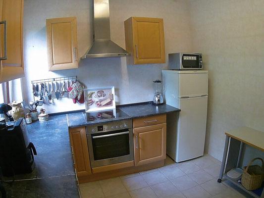 Küche mit Mikrowelle, Kühl- Gefrierkombi und Ceranfeld