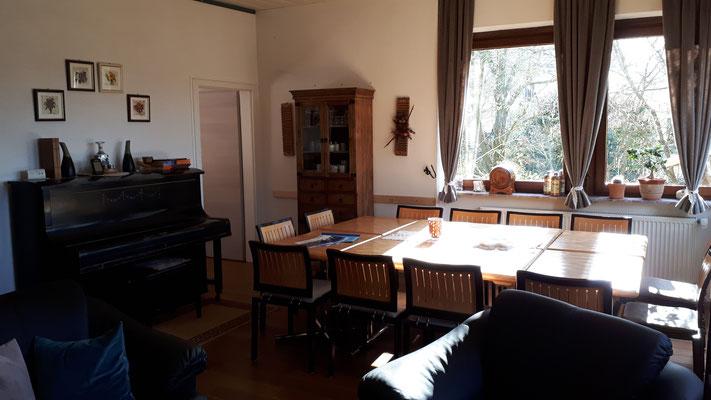 Klavier, Deckenventilator und Schrank mit Geschirr