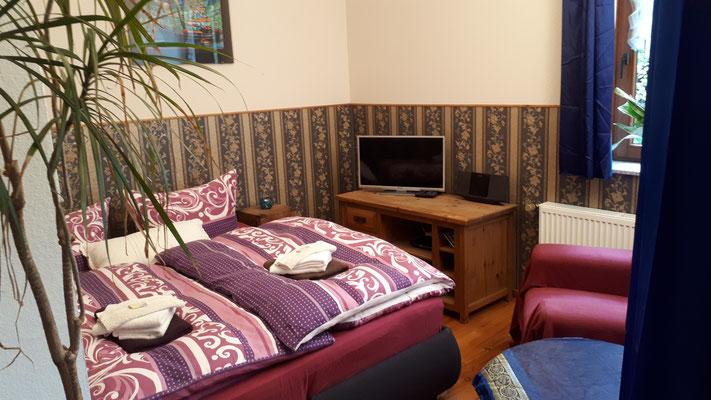 Schlafsofa mit Federkern und Topper zum Bett umgebaut