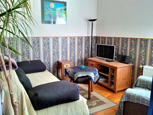Wohnzimmer mit Federkern-Schlafsofa