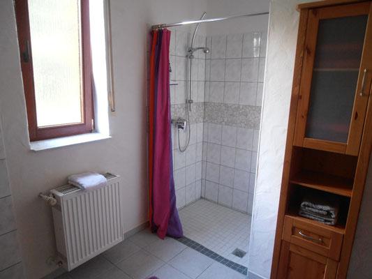 """Badezimmer """"Afrika"""" mit ebenerdiger Dusche"""