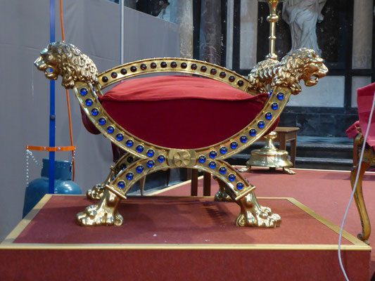 Doornik - de leeuwen-cathedra van de bisschop.