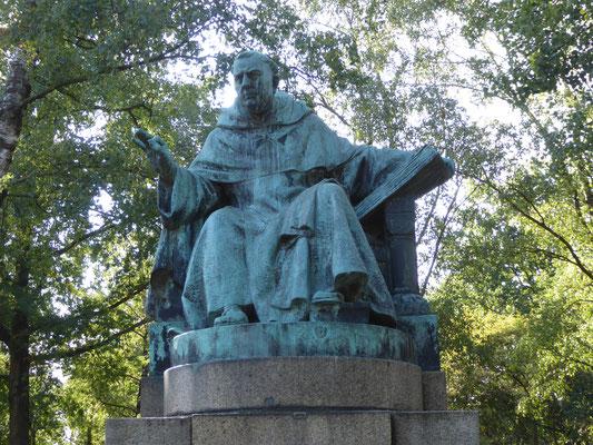 Thomas van Aquino door August Falise (1925) - patroonheilige van alle katholieke universiteiten - Nijmegen Radboud Universiteit naast de Aula