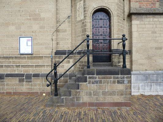 Stevenskerk, noordgrens van energielijn Charlotte bij de deur in de traptoren