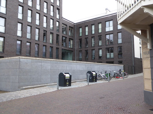 Uit het oosten, door dit gebouw, de Kroonstraat op.