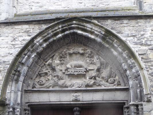 Tournai - Rue du Jésuites - Saint-Piatkerk - Reliëf met het Lam op het Boek met de Zeven Zegels