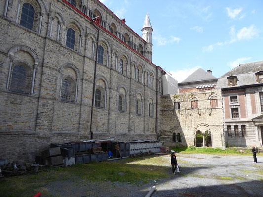 Tournai - de indrukwekkende muur van het romaanse schip.