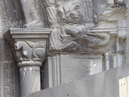 Doornik - Porte du Capitole - de getordeerde colonnet met het kapiteel met het fabeldier.