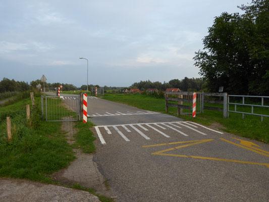 Sinte-Ontcommer steekt de Ooijse Bandijk over, tussen de veeroosters door. Nabij Ooijse Bandijk 122