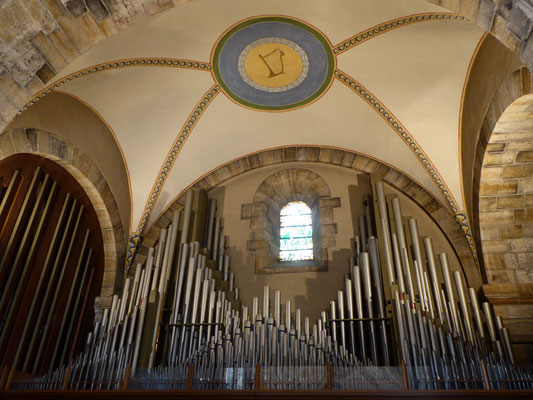 Een hint boven het oksaal: Jonkvrouwe Musica speelt een hoofdrol, daar waar de G-sleutel-Slang haar mag omhullen.