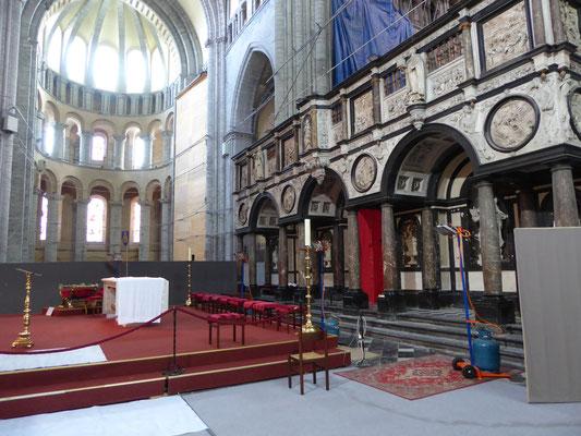 Doornik - zicht vanuit de zuidkant op de viering onder de koepel, op het noordertransept en het doksaal aan de oostkant.