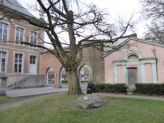 Doornik - in de tuin achter het Hôtel de Ville, de energielijn loopt achter de gingko biloba langs en door de middelste poortboog.