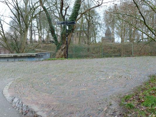 Energielijn Sinte-Ontcommer/ Charlotte gaat zuidelijk (links) van de  Barbarossaruïne
