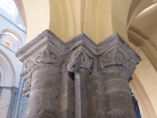 Tournai - Onze-Lieve-Vrouwekathedraal - het romaanse kapiteel met 'de vallende man'.