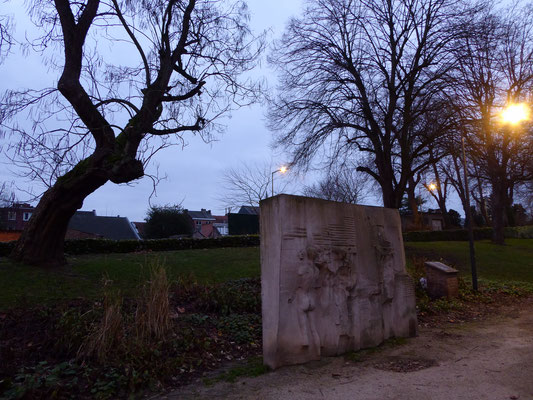 Tongeren - Billenniummonument - reliëfplaat aan de zuidkant van het pad.