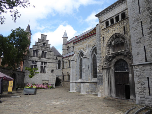 Tournai - Zuidzijde van de Onze-Lieve-Vrouwekathedraal. Traptoren en trapgevelhuis van het Bisschoppelijk Paleis; Fausse Porte met erboven de Sint Vincentiuskapel; westgeveltorentje en Romaans schi;, Lodewijkskapel; Porte du Capitole en Parochietoren.