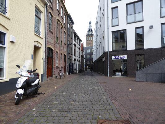Van de Stevenskerk af langs het Gebroeders van Limburgplein.