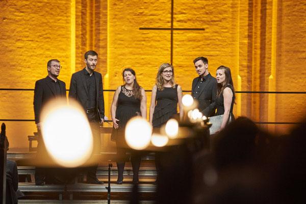 Vocoder Ensemble - im Vordergrund sieht man unscharf ein paar Kerzen. Vocoder ist im Hintergrund scharf zu sehen. das goldene Licht macht eine ruhige und wohlige Stimmung