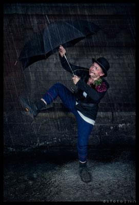 Auf dem Weg zu seinem Lover öffneten sich plötzlich die Himmelsschleusen ... - Foto und Bearbeitung Dieter Schumann - Kostüm Susanne Jeroma