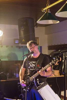 Castrock-Frontmann Micha am Bass und Mikro