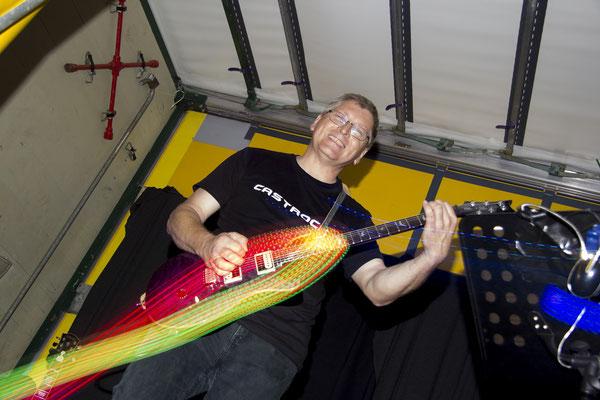 Castrock-Gitarrist Hansi: Meist hoch konzentriert. Hier hat er aber ein Lächeln für uns übrig.