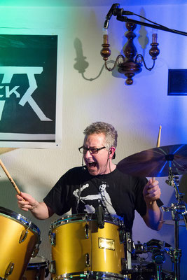 Castrock-Drummer Holgi an seinen Dosen