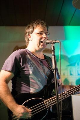 Castrock-Bassist und Sänger Micha am Mikro