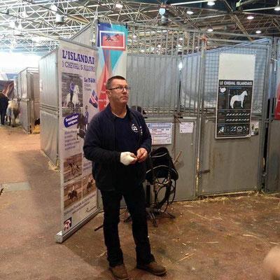 Martin Dischinger devant les boxes des chevaux islandais sur le stand de la FPPCF