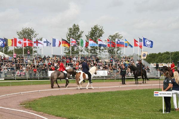Les drapeaux des nations ont été levés, le passage du relais entre l'Allemagne et le Danemark ouvre officiellement les Championnats