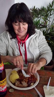 Martina kämpft mit dem köstlichen Spanferkel ...