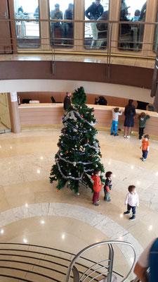 Am 23.12.2015, gegen 10:00 Uhr wurde in der Lobby der Fähre ein Weihnachtsbaum aufgestellt.