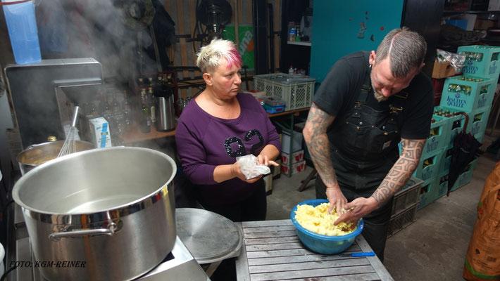 Beim Zubereiten von Käsespätzle: Kritische Blicke von Theresa. - Lass´ mal den Tom machen, er weiß, was er tut!