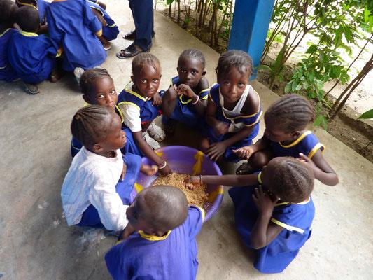 Alle essen gemeinsam Mittag