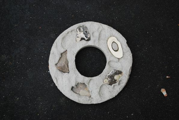 Knochen und Steine in Beton