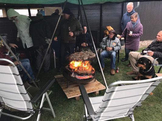 Gemütliches sitzen am Feuer und gespanntes warten auf die erste Lage!