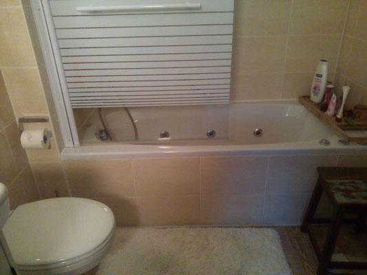 Ursprüngliches Bad mit Badewanne