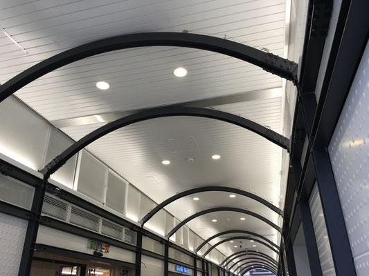 JR東日本 御徒町駅 ;2016年6月設置 ; アルティマ防鳥ワイヤー